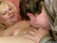 Naked mature woman Lili widens her legs on the couch and get her hirsute fur pie fingered and licked by hot guy. He stretches her hole with his fingers before she sucks his meaty sausage